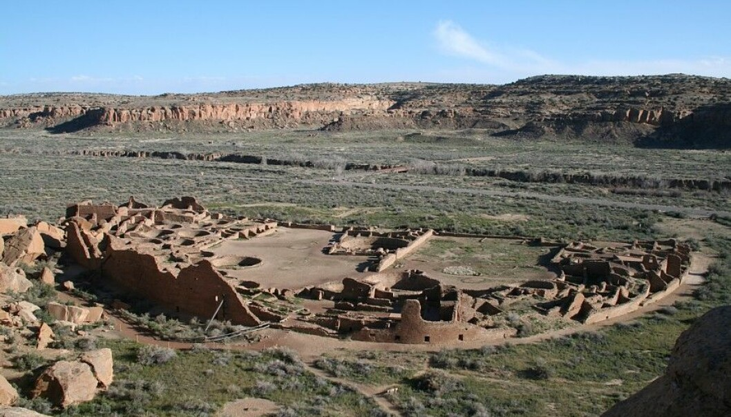 "Pueblo Bonito sett fra fjellsiden i Chaco-dalen. (Foto: James Jacobs/<p><a href=""https://creativecommons.org/licenses/by-sa/3.0/"">CC BY-SA 3.0</a></p>)"
