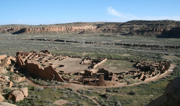 "Pueblo Bonito sett fra fjellsiden i Chaco-dalen. (Foto: James Jacobs/<a href=""https://creativecommons.org/licenses/by-sa/3.0/"">CC BY-SA 3.0</a>)"