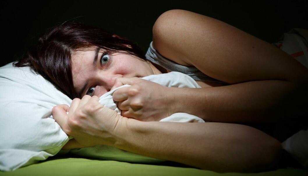 Noen ganger når hjernen våkner fra drømmesøvn, fortsetter kroppen å være paralysert.  (Foto: Colourbox)