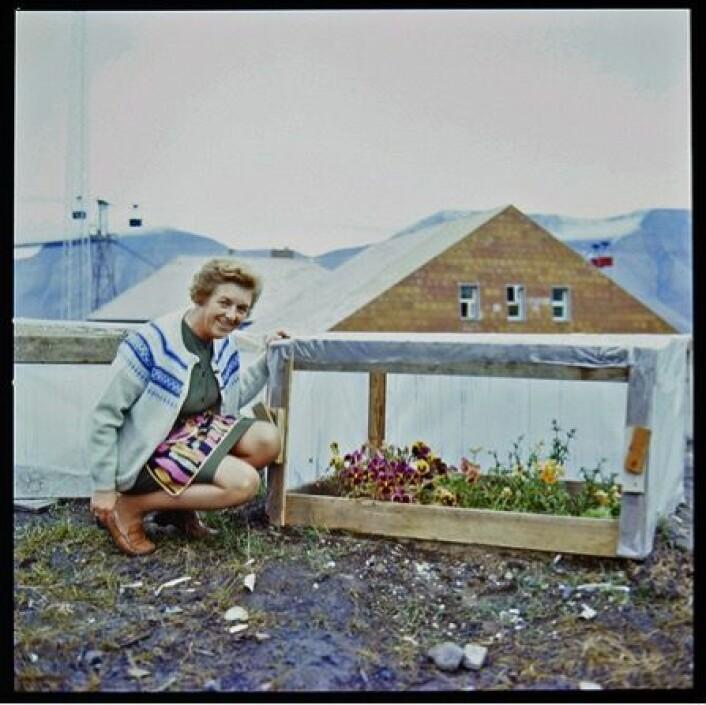 Kvinner bak kamera utgjør en forskjell. Her viser fru bergmester Johnsen stolt fram sin lille hage – et motiv knapt noen mannlige fotografer ville enset. Ca. 1970. (Foto: Herta Lampert. Tromsø Museum – Universitetsmuseet. )
