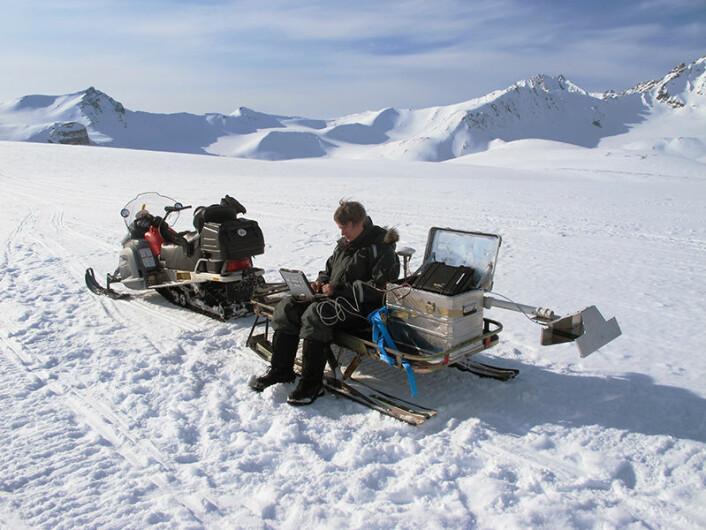 Forsker Mats Øyan tester en prototyp av georadaren Radar Imager for Mars Subsurface Experiment (Rimfax) på Svalbard. Den skal være med NASAs neste rover til Mars om få år. Mars er en kald og tørr planet, og Svalbard egner seg godt til denne testingen på grunn av isbreene der. Rimfax ser ned i bakken og skal hjelpe til med å bestemme hvilken type geologi roveren kjører over. Slik kan den finne steder hvor det har vært vann på Mars. (Foto: FFI)