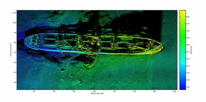 Her har sonaren avbildet et vrak som er omtrent 140 meter langt og har fem lasteluker. Det er et gammelt skip, muligens fullt av kjemisk ammunisjon som ble dumpet i Skagerrak etter andre verdenskrig. 37 av disse vrakene er sannsynligvis lastet med gamle kjemiske våpen. Fargene i sonarbildet indikerer dybden de ulike delene av vraket ligger på. (Foto: FFI)