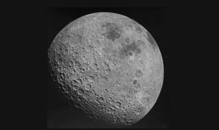 """Månens baksiden, sett av astronautene på Apollo 16. Vi ser aldri denne siden fra jorden, siden månen alltid peker den samme veien mot jorden. Det er denne siden som feilaktig kalles """"the dark side of the moon"""". (Foto: NASA)"""