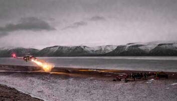 Redningsaksjoner i Arktis må ofte skje med helikopter på grunn av vanskelig framkommelighet og store avstander. Det er ressurskrevende og kan være teknisk utfordrende. Bildet er fra en redningsøvelse. (Foto: Stefan Claes/UNIS)