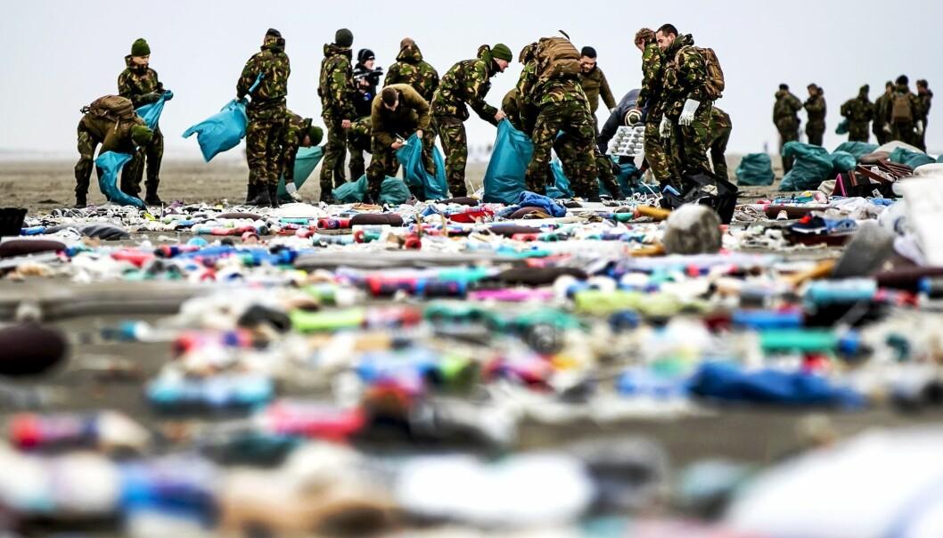 Nederlandske soldater hjelper til med opprydningen i januar i år. (Foto: Remko de Waal, Afp, Anp, NTB scanpix)