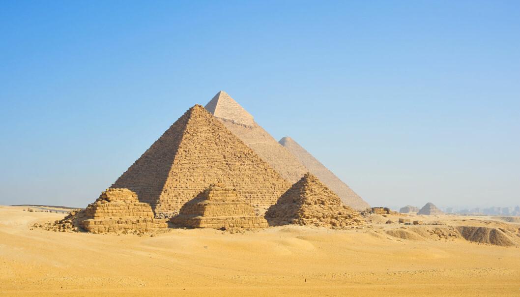 De enorme pyramidene på Giza-platået går i dag nærmest i ett med ørkenen. Men da de var nye, for 4500 år siden, skinte de om kapp med solen på grunn av det ytre laget av hvit kalkstein. Dette har senere blitt fjernet og brukt til nye monumenter.  (Foto: Asier Villafranca / Shutterstock / NTB scanpix)