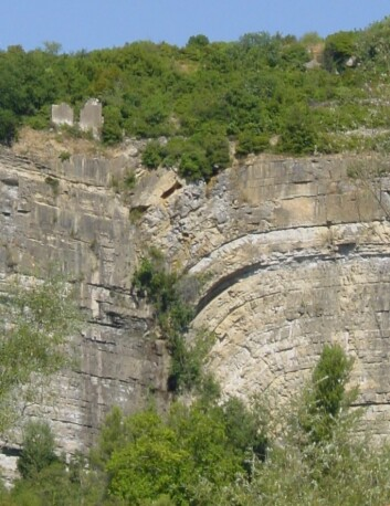 Slik kan en forkastning se ut. Denne forkastningen befinner seg i Bedarieux i Frankrike. (Foto: Xhienne/Wikimedia commons CC BY-SA 3.0)