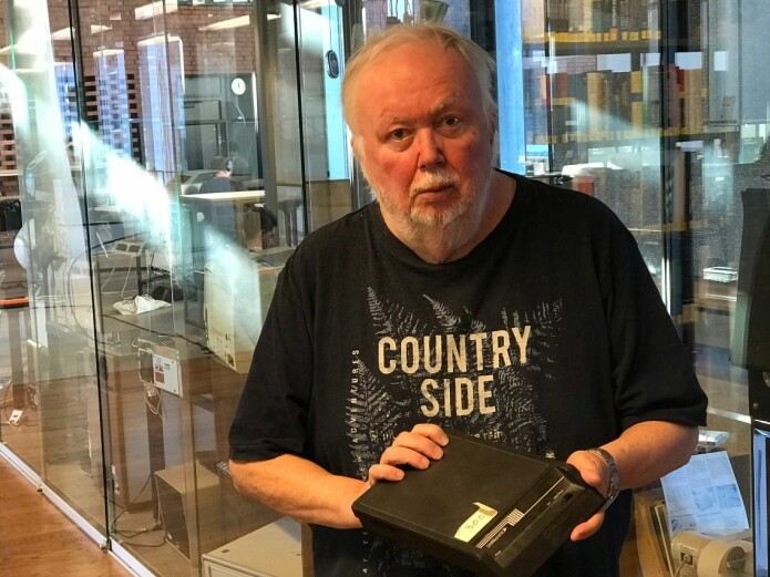 Gisle Hannemyr med et modem fra den gang internett ble født. Nå står det utstilt på et minimuseum på Institutt for informatikk. (Foto: Gunhild M . Haugnes/UiO)