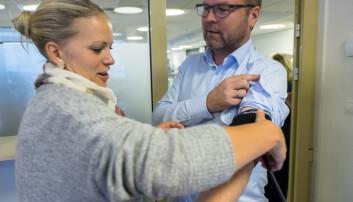 Mange kan ha høyt blodtrykk uten å merke noen symptomer. Brita Aaslie-Fjell, seksjonsleder for hverdagsmestring i bydel St. Hanshaugen, demonstrerer hvordan brukere selv kan måle blodtrykk på Sven Seljom, som jobber med velferdsteknologi i Evondos.  (Foto: Ole Gunnar Onsøien/NTB Scanpix)