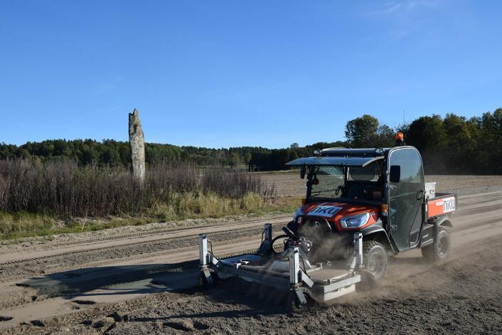 Georadaren på Sandene med bautasteinen i bakgrunnen. (Foto: Klara Sauter/LBI ArchPro)