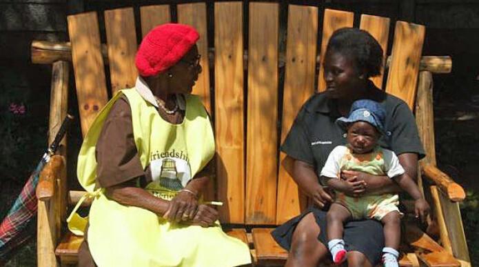 Mindre depresjon med bestemor på en benk