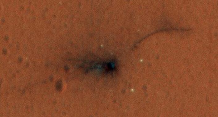 NASAs Mars Reconnaissance Orbiter tok dette bildet av krasjstedet til Schiaparelli-landeren med et høyoppløselig kamera 1. november 2016. Vi ser mørkt materiale som er slynget ut der landeren traff bakken. (Foto: NASA)