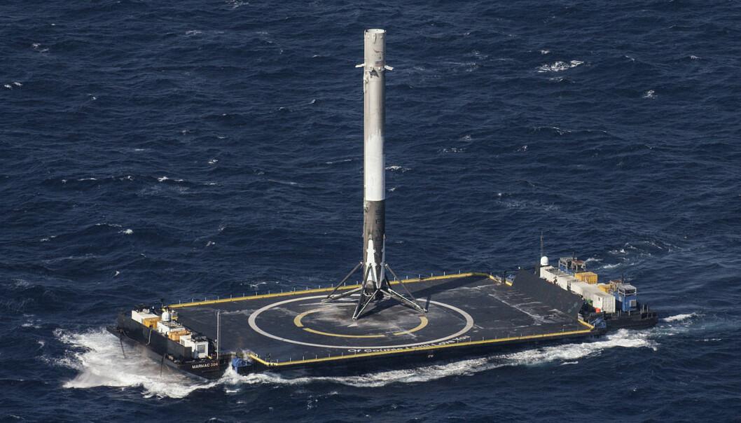 Førstetrinnet av Falcon 9-raketten landet for første gang mykt på et selvstyrt droneskip i Stillehavet etter å ha skutt opp forsyninger til Den internasjonale romstasjonen 8.april 2016. (Foto: NASA, via SpaceX)