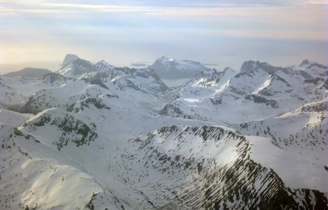 Inn for landing i Tromsø lufthavn – selv i et snødekt vinterlandskap kan man oppleve Norges geologi på sitt beste. (Foto Ane K. Engvik)