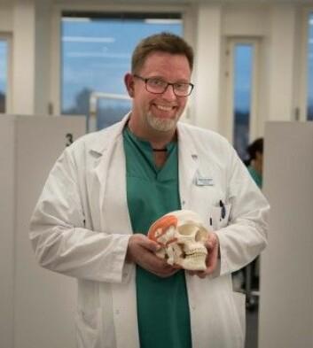 - Det kan tenkes at bakterier finner veien inn i blodbanen og så ut til leddene fra munnen, sier Heming Olsen-Bergem, forsker og spesialist i oral kirurgi og oral medisin ved odontologisk fakultet, Universitetet i Oslo. (Foto: Fredrik Pedersen, UiO)