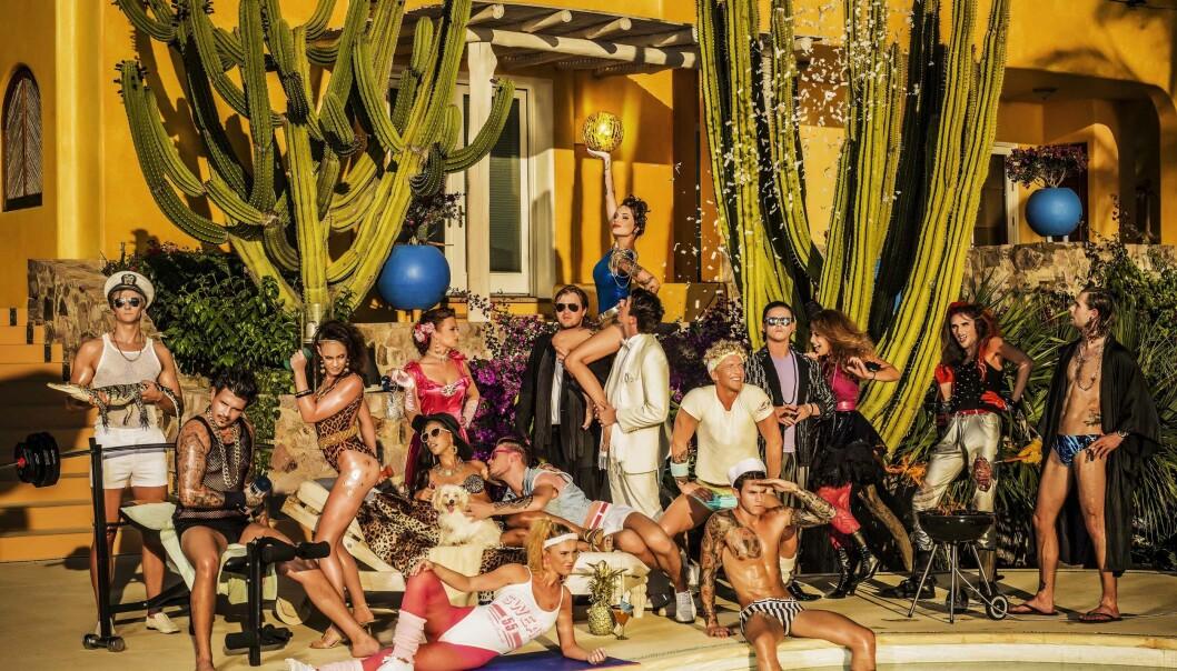 """Deltakerne i Paradise Hotel spiller tydelige karakterer, selv om noen sier at «taktikken er å være meg selv 110 prosent». Her er deltakerne i den norske versjonen av TV-programmet i 2015. (Foto: Per Heimly/TV3. <p><a href=""""https://creativecommons.org/licenses/by/3.0/"""">Lisens CC 3.0</a></p>)"""