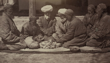 Omskjæring av gutter har funnet sted i tusenvis av år, her i Sentral-Asia for 150 år siden. Guttens ytterste hud omkring glansen på penis blir som regel fjernet med en kniv eller lignende.  (Foto: Heritage/NTB Scanpix)
