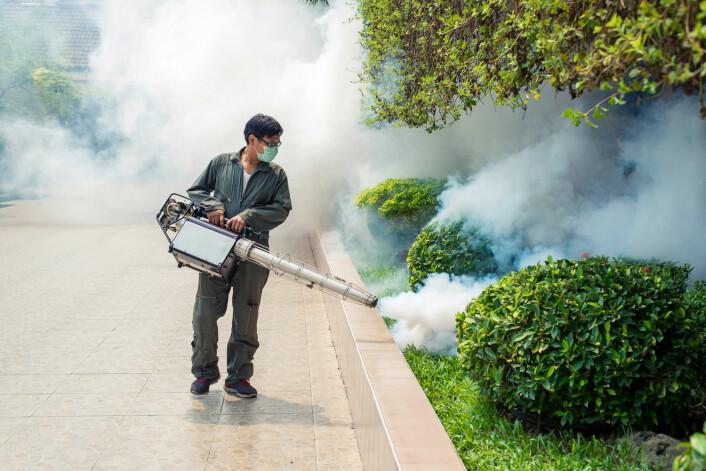 Konvensjonell myggbekjempelse - for eksempel ved hjelp av insektmidler - har også sine kostnader. (Foto: Song Pin / Shutterstock / NTB scanpix)