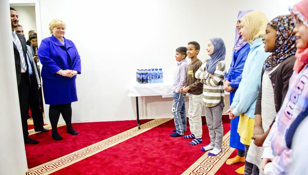 Muslimer blir sannsynligvis den yngste gruppa blant de største religionene i 2050. Her besøker statsminister Erna Solberg Islamic Cultural Centre sin moské i Oslo i fjor. (Foto: Jon Olav Nesvold/NTB scanpix)