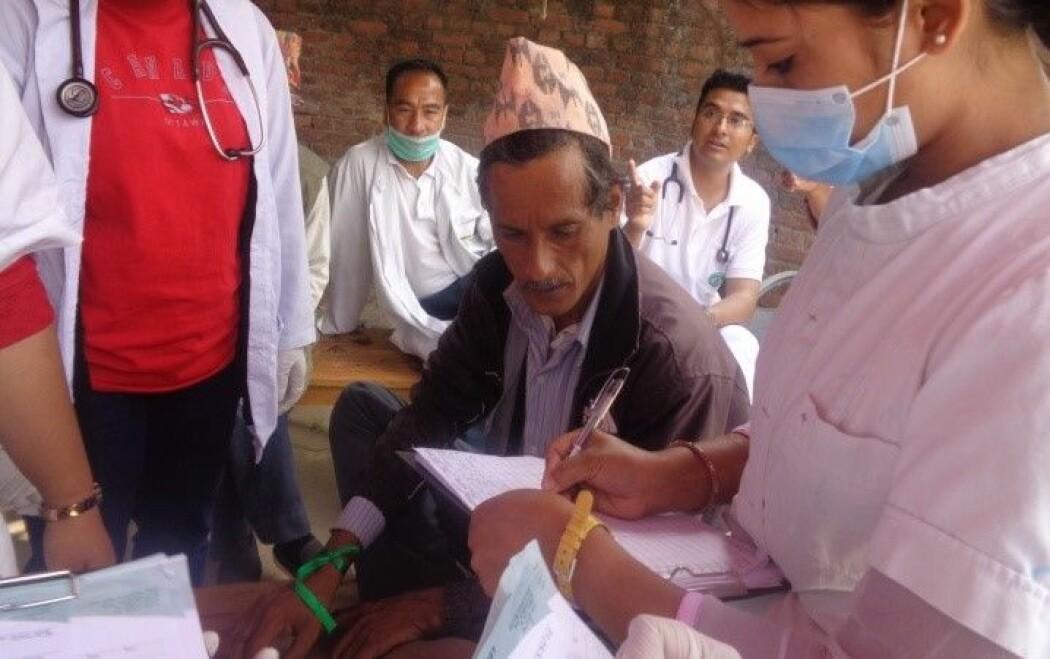 Da denne mannen ankom sykehuset i Nepal, etter jordskjelvet i april 2015, fikk han utdelt et grønt fargebånd. Fargen betydde at han ikke var hardt skadet og derfor hadde lav prioritet. (Foto: Samita Giri)