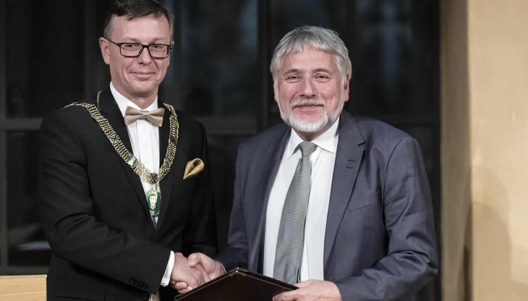 Eystein Jansen (til høyre) er tildelt Meltzers ærespris. Prisen ble overrakt av rektor Dag Rune Olsen. (Foto: Thor Brødreskift, UiB)