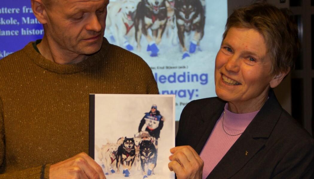 Redaktør Rune Waaler og forsker Andi Weydahl lanserte boka Dogsledding in Norway sammen med kolleger i Alta 7.mars, i forbindelse med starten av Finnmarksløpet 2019. (Foto: Jørn Berger Nyvoll)