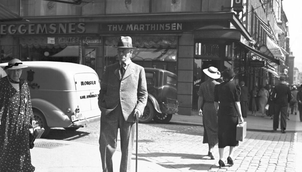 Knut Hamsun var kritisk til samfunnsutviklingen i sin tid. Her spaserer han i Oslo 12. august 1936.  (Foto: NTB scanpix)