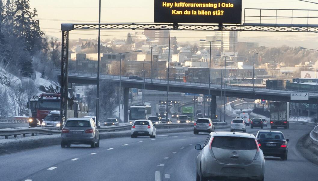 Lystavlen over E6 ved Alnabru i Oslo oppfordrer bilistene til å la bilen stå på grunn av høy luftforurensning i hovedstaden.  (Foto: Heiko Junge / NTB scanpix)
