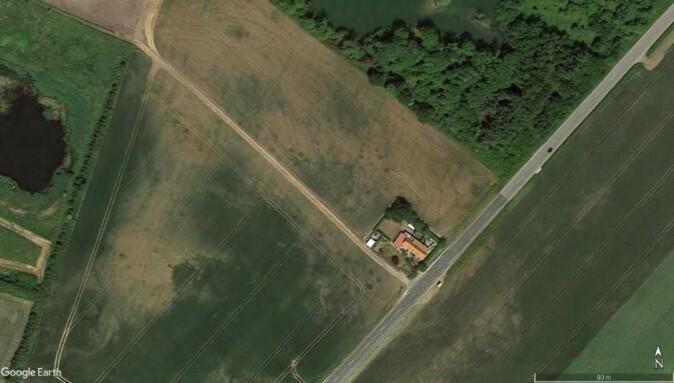 Her ser du et jorde med det riktige fargespektrumet. Grophus, som er små vikingverksteder, er mørkegrønne avtegninger i den lysere og avsvidde vegetasjonen langs veien. (Foto: Museum Vestsjælland)