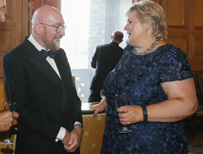 Kip Thorne møtte Erna Solberg i 2016, da Thorne var med på å motta Kavli-prisen for LIGO-eksperimentet. Han mottok Nobelprisen året etter. (Bilde: Terje Pedersen / NTB scanpix)