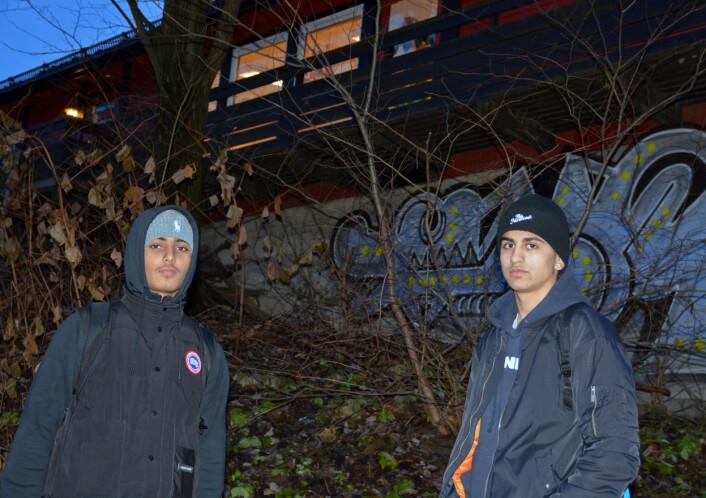 På barnehagens område røyker noen hasj på kveldstid. Det er et dårlig sted, mener Shayan Hussain (til venstre) og Ihab Ezzeldine. Det er lett å bli påvirket av slike miljøer, sier de to femtenåringene. (Foto: Ida Kvittingen, forskning.no)