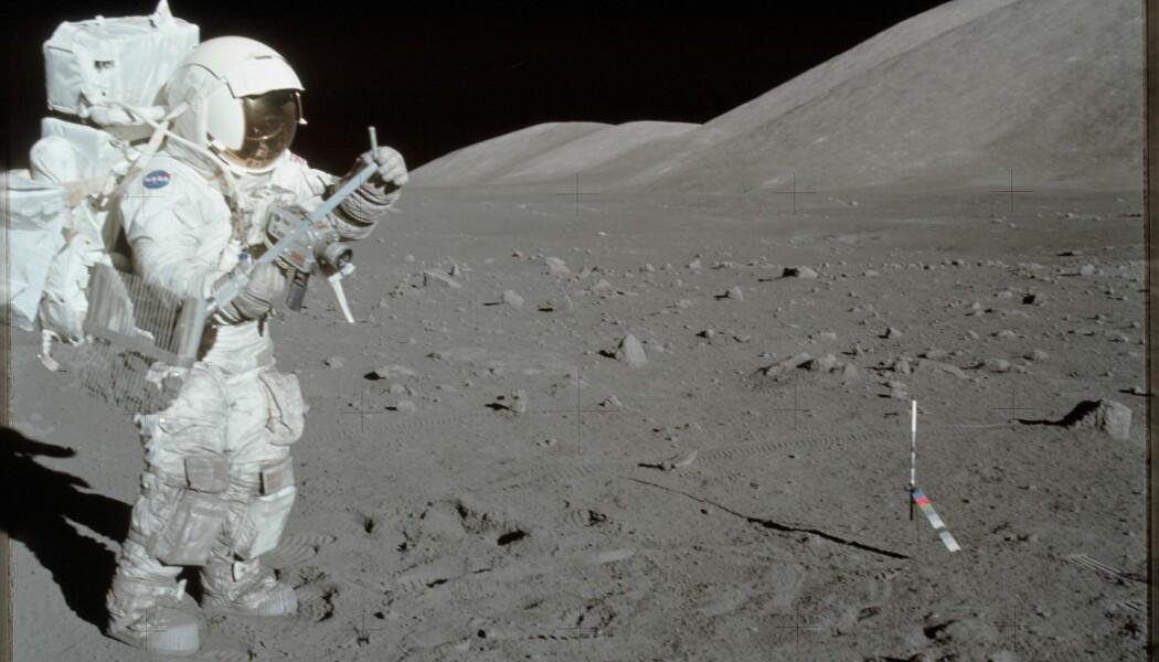 Harrison Schmitt, astronaut på Apollo 17-oppdraget i 1972, samler prøver fra måneoverflaten. (Bilde: Eugene A. Cernan/NASA)