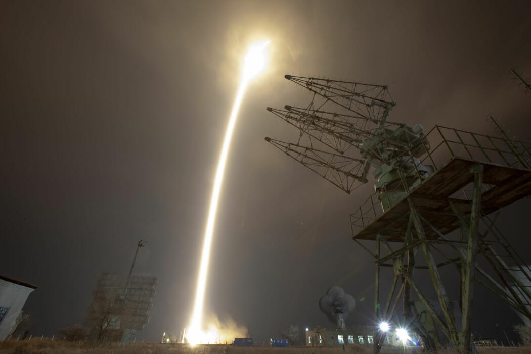 Et Sojus-romfartøy ble torsdag skutt opp fra Kasakhstan for å frakte to amerikanske astronauter og en russisk kosmonaut til Den internasjonale romstasjonen (ISS). (Foto: AP / NTB scanpix)