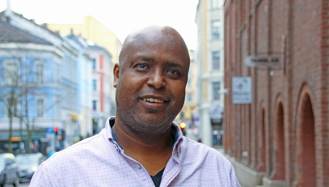 Sid Omar Mohamud Ahmed kan en god del om Somalias språkhistorie, men lærte likevel noe nytt da han leste om somali i boka «Nye språk i Norge». – Jeg visste faktisk ikke at grunnen til at somalierne har latt være å bruke det arabiske alfabetet, er at det ikke kunne dekke lydene på det somaliske språket, sier han. (Foto: Ida Kvittingen, forskning.no)