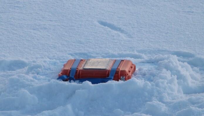 Bølgesensorene utviklet ved Universitetet i Oslo får plass i en liten pelikankoffert og kan legges på isen. I kofferten sitter en Raspberry Pi datamaskin som gjør prosesseringen av målingene av de ørsmå akselerasjonene som bølgene påfører isen. Posisjonen blir logget med GPS og det hele sendes tilbake via Iridiumsatellittene. (Foto: Atle Jensen, UiO)