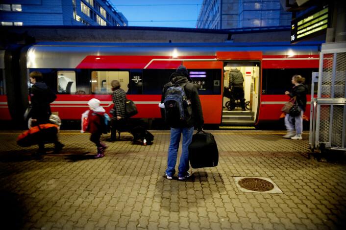 Året 2015 kom det over 30 000 asylsøkere til Norge, nesten tre ganger så mange som årene før. Mange fryktet for fortsettelsen i 2016. Men nå har asylstrømmen til Norge nesten stanset opp. På bildet en asylsøker som skal reise alene med tog fra Oslo til Otta. Han er på vei til Sel statlige mottak Rondeslottet, Otta kommune. (Foto: Luca Kleve-Ruud, Samfoto, NTB/scanpix)