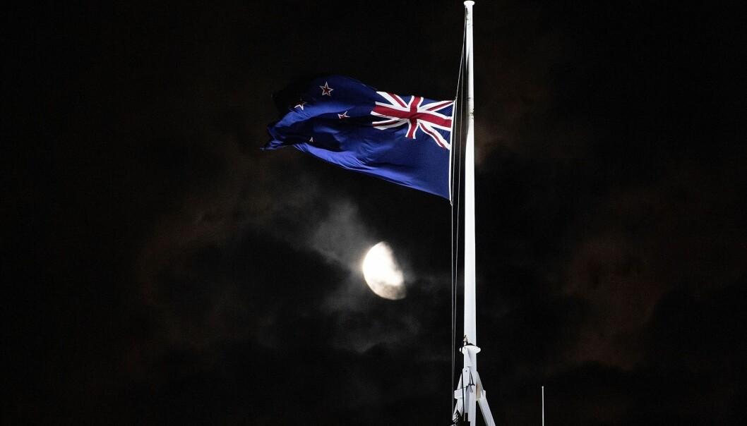 Moskéangrepene i New Zealand har flere likhetstrekk med 22. juli, mener terrorforsker Lars Gule. Herer flagget utenfor parlamentbygningen i Wellington på halv stang etter angrepene i Christchurch. (Foto: Marty Melville, AFP, NTB scanpix)