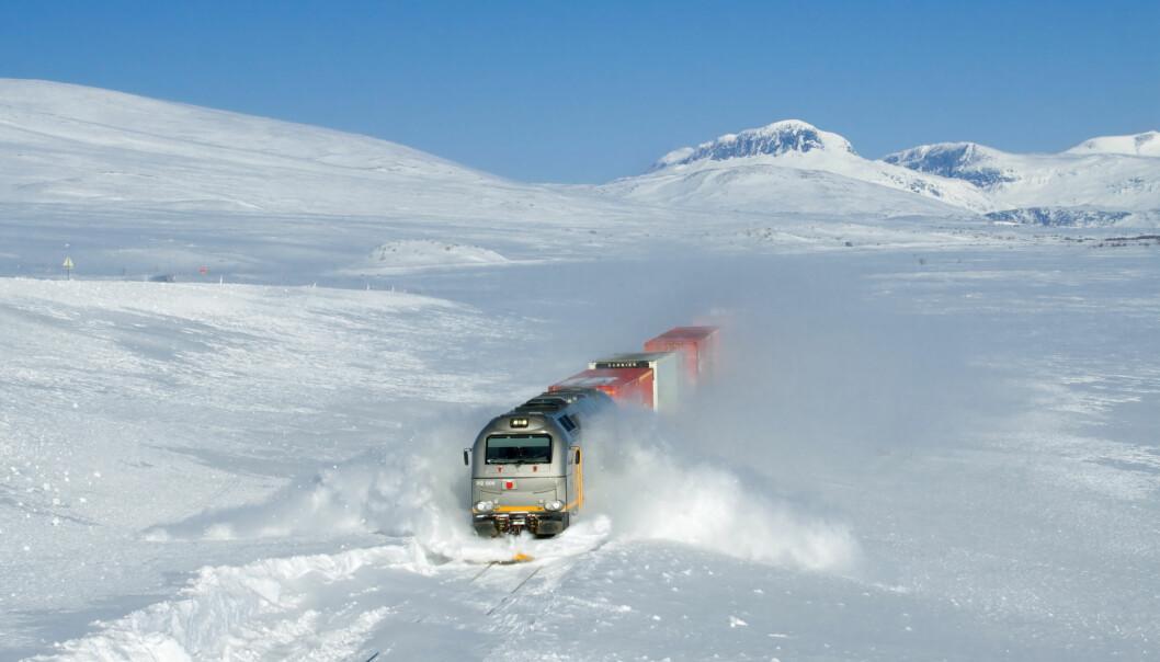 """Et godstog på vei gjennom snøen på Saltfjellet i Nordland. Om været er spesielt kaldt eller varmt på stedet du bor kan påvirke klimaholdninger, ifølge en ny studie.  <p>(Foto: David Gubler/<a class=""""mw-mmv-license"""" href=""""http://creativecommons.org/licenses/by-sa/3.0"""" target=""""_blank"""">CC BY-SA 3.0</a>)</p>"""