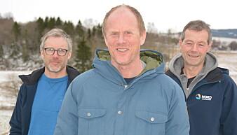 Bokredaktør Knut Skjesol (i midten) sammen med forskerne Svein Olav Ulstad (til venstre) og Idar Lyngstad ved Nord universitet. (Foto: Bjørnar Olav Leknses)