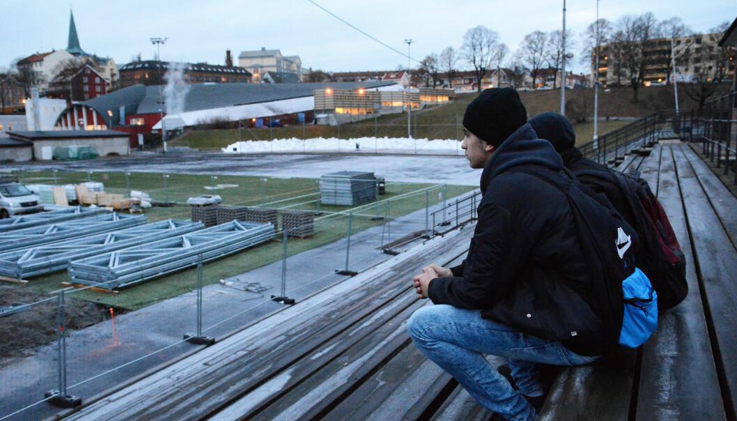 Det er ikke noe særlig å gjøre utendørs i Tøyen-området i Oslo, mener Shayan Hussain (15) og Ihab Ezzeldine (15). Om sommeren likte de å spille fotball på Jordal eller bare henge med kompiser på tribunene. Men nå blir fotballbanen borte og det bygges en ishockeyhall. – Ingen av oss spiller hockey, sier Ihab (til venstre). (Foto: Ida Kvittingen, forskning.no)