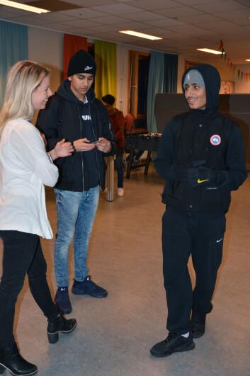 Ihab Ezzeldine (i midten) og Shayan Hussain (til høyre) liker seg best innendørs. Særlig på Jordal fritidsklubb, der Betina Langli (til venstre) jobber. Der kan de spille spill, se på TV eller høre på musikk. – De dagene klubben stenger tidlig, blir det mye loking, sier Shayan. Med andre ord vandring uten mål og mening. (Foto: Ida Kvittingen, forskning.no)