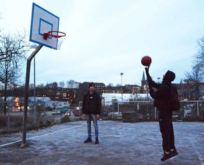 Basketballbanen ved Jordal skole er et bra sted å være, ifølge Shayan Hussain (15) og Ihab Ezzeldine (15). Der spiller de, eller bare prater. Shayan har vokst opp i området og sier han er glad i Tøyen. (Foto: Ida Kvittingen, forskning.no)