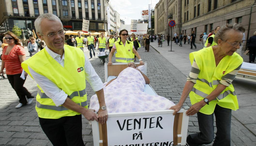 En kols-syk mann og flere hundre demonstranter fra Landsforeningen for hjerte- og lungesyke på vei til Stortinget for å overlevere underskrifter for å få bedre rehabilitering.  (Foto: Heiko Junge, NTB Scanpix)