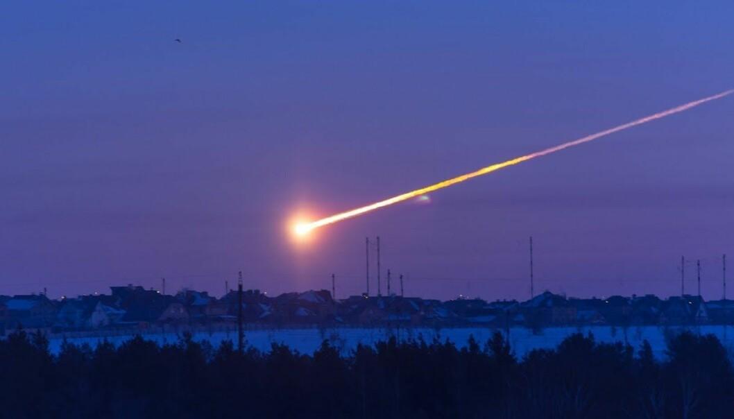 De fleste meteorer brenner opp i atmosfæren, men noen ganger er de så store at treffer bakken. Det skjedde blant annet i 2013, da en stor meteor traff Russland. (Skjermdump: YouTube/Tuvix72)