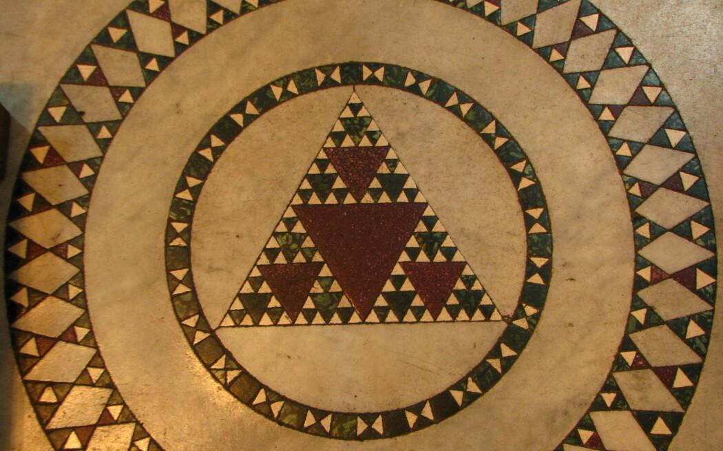 Sierpinski-trekanter i et tidligere liv. Mosaikk, sannsynligvis fra 1200-tallet, i Santa Maria-kirken i Trastevere i Roma. (Foto: fdecomite, Creative Commons CC BY 2.0)