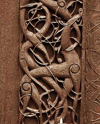 – Dyret er en stilisert løve, et sentralt motiv i den sene vikingtidens hersker-ikonografi. Som et herskersymbol kan den også symbolisere Kristus, som står i kampen mot de onde maktene, sier Margrete Syrstad Andås. (Foto: Lene Buskoven, Riksantikvaren)