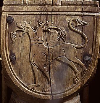 Dragen er ett av de sentrale motivene på kapitélene inne i kirka. (Foto: Birger Lindstad)