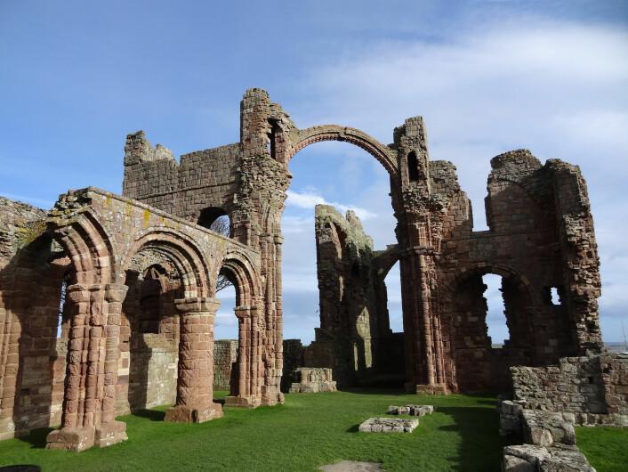 Ruinene av klosteret på Lindisfarne, hvor det berømte viking-angrepet skal ha funnet sted. Disse ruinene stammer fra 1100-tallet. (Foto: EVERYMAN FILMS LTD/CC BY 2.0)
