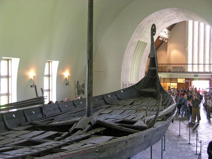 Osebergskipet stammer fra rundt år 800, i begynnelsen av det vi kaller vikingtiden. Teknologiske framskritt i seilskip-teknologi er en av de tradisjonelle forklaringene på vikingtiden. (Foto: Hofi0006/CC BY-SA 3.0)