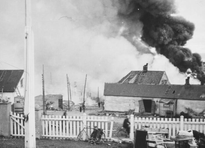 «Storbombinga» av Vadsø i 1944 drepte flere mennesker, blant dem også barn. De allierte ville ramme den tyske okkupasjonsmakten, men sivilbefolkningen havnet i kryssilden. (Foto: Finnmark fylkesbibliotek/Digitalt museum. Public domain 1.0)